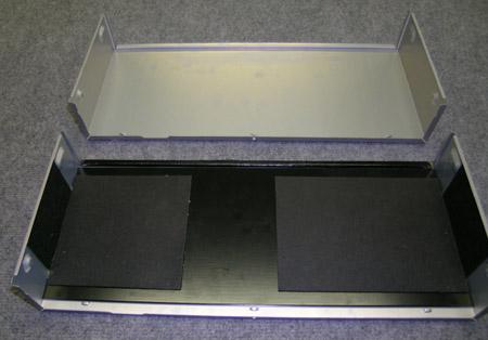 Boven de originele DV6400, onder de vM-versie